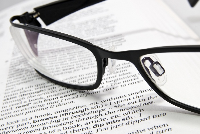 """17a704389 Multifokálne okuliarové šošovky – Presbyopia alebo """"syndróm krátkych rúk"""""""