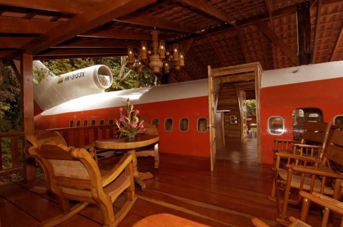 Zaparkovaný Boeing 727 v korunách stromov